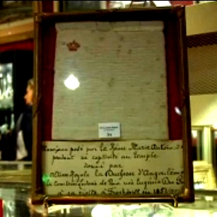 Maria Antonieta acumulou vários itens de vestuário, como roupas e jóias, livros e obras de arte!
