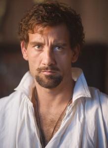 Clive Owen como Walter Raleigh.