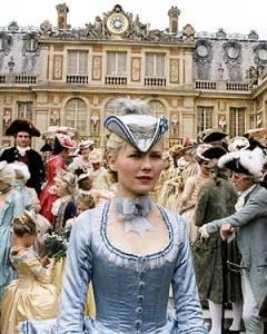 Cena da chegada da jovem Delfina Maria Antonieta (Kisten Dunst) a Versalhes.