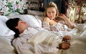 Cena com casal de herdeiros (Kirsten Dunst e Jason Schwartzman) no frustado leito conjugal.
