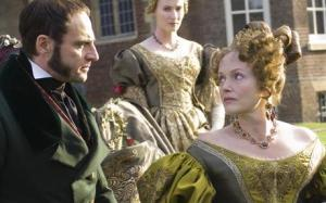 Mark Strong como Sir John Conroy, e Miranda Richardson como a duquesa de Kent.