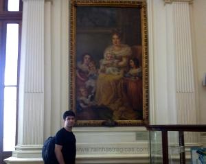 Renato Drummond ao lado do retrato de D. Leopoldina e seus filhos, pintado por Domenico Failutti.