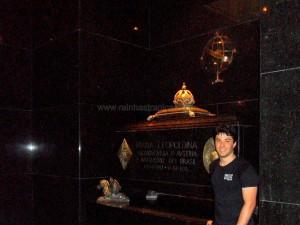 Renato Drummond ao lado do Túmulo de D. Leopoldina.