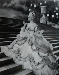 """O belíssimo figurino de """"Maria Antonieta"""" de 1938."""