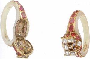 Anel pertencente a Elizabeth I, em cujo fecho se esconde a efígie da rainha e a de sua mãe.