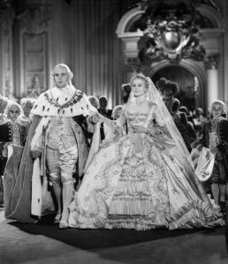 Robert Morley como Luís Augusto e Norma Shearer como Maria Antonieta na cena do casamento.