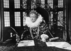 Bette Davis como Elizabeth I.