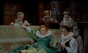 Elizabeth I (Bette Davis) e sua damas em cena de The Virgin Queen.