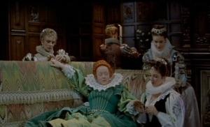 Elizabeth I (Bette Davis) e sua damas em cena de The Virgin Queen.
