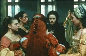 Cena em que a arquiduquesa Juana se prepara para cortar os cabelos da suposta amante de seu marido (do lado esquerdo de Pilar López de Ayala está Rosana Pastor - de preto - que interpretou Doña Elvira).