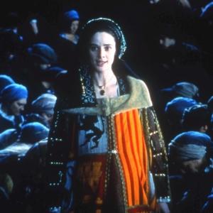 Cena em que Juana I de Castela, rodeada pelos súditos em Burgos, afronta o marido e os conselheiros deste.