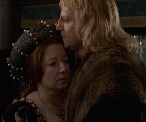 Em cena Keith Michell, como Henrique VIII, e Frances Cuka, como Catarina de Aragão, se consolam pela perda do filho.