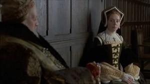 Em cena o idoso Herique VIII com sua sexta esposa, Catarina Parr (Barbara Leigh-Hunt).