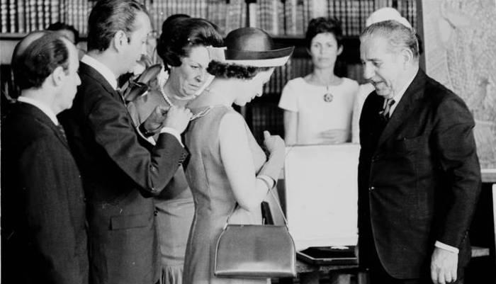 A Rainha Elizabeth e Brasília é recebida pelo presidente Costa e Silva.