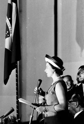 A Rainha Elizabeth II, em Brasília, discursando no Congresso Nacional.