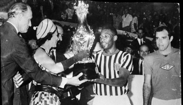 A Rainha Elizabeth e o Príncipe Philip em foto com Pelé.