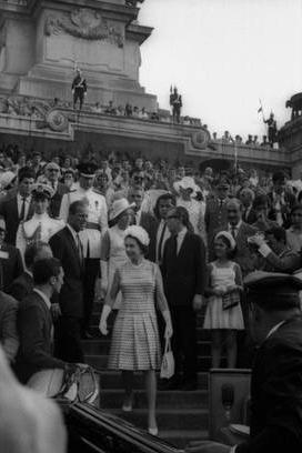 A Rainha Elizabeth II em Visita ao Monumento ao Centenário da Independência.