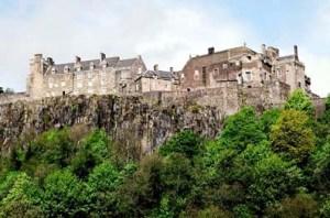 Castelo de Stirling, fortaleza erguida em terreno elevado para a qual Marie De Guise e sua filha se refugiaram.