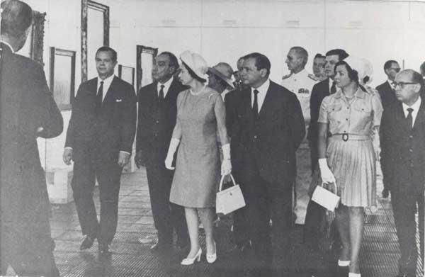 A Rainha Elizabeth II e comitiva visitando o acervo do MASP.