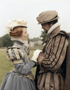Glenda Jackson como Elizabeth I, e Daniel Massey como Robert Dudley.