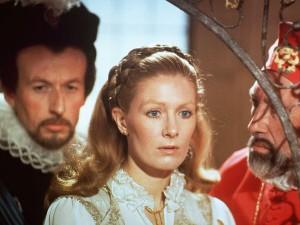 Da esquerda para a direita: Vernon Dobtcheff (Duque de Guise), Vanessa Redgrave (Mary Stuart) e Raf De La Torre (Cardeal de Lorena).