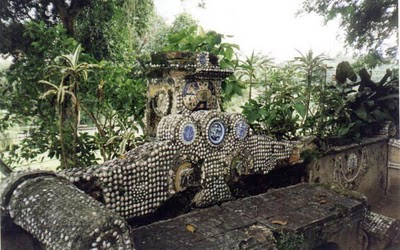 Banco revestido em mosaicos de conchas e cacos de louça, pela Imperatriz D. Teresa cristina.