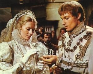Cena do casamento de Mary Stuart (Vanessa Redgrave) com Henry Lorde Darnley (Timothy Dalton).