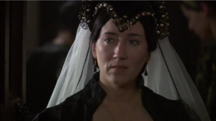 A rainha Catarina de Aragão, representando o núcleo religioso da série (cena: Maria Doyle Kennedy, como a primeira esposa do rei).