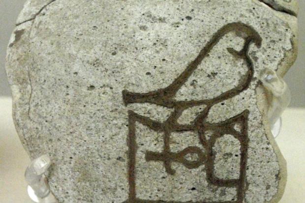 Fragmento de cerâmica contendo uma inscrição com o nome do faraó Hórus-Aha (Museu Britânico):.