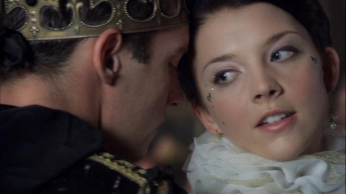 """Clima de amor à primeira vista no terceiro capítulo de """"The Tudors"""": Jonathan Rhys Meyers como Henrique VIII, e Natalie Dormer como Ana Bolena."""