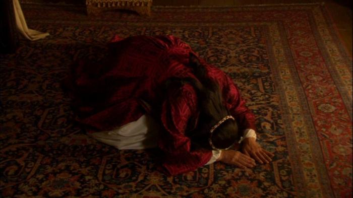 Catarina de Aragão (Maria Doyle Kennedy) cai em prantos após o rei lhe contar que queria a anulação do casamento deles.