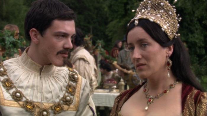Uma confissão no ar: Catarina de Aragão (Maria Doyle Kennedy) conta ao seu sobrinho, Carlos V (Sebastian Armesto), o medo que tem de ser abandonada pelo marido.