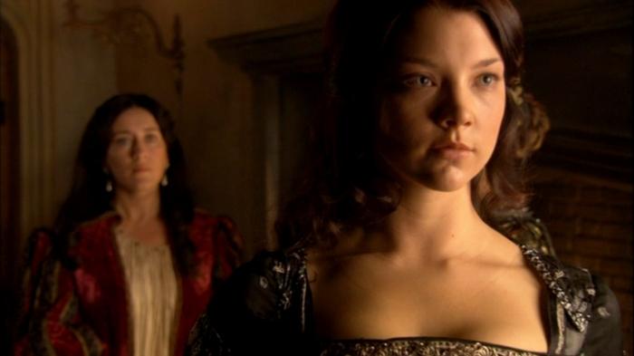Catarina de Aragão já sabe que Ana Bolena (Natalie Dormer) é o alvo das paixões de seu marido.