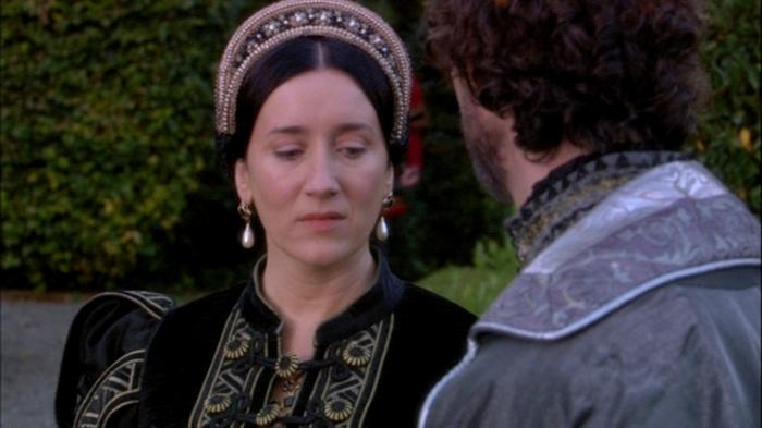 Em cena, Catarina de Aragão (Maria Doyle Kennedy) informa ao embaixador Mendoza que confia sua causa no Imperador Carlos V.