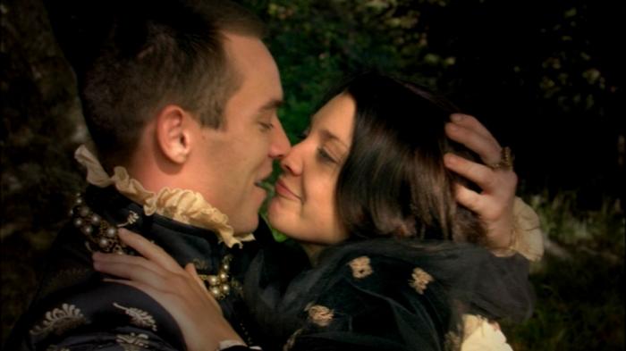 Após quase morrer da doença do suor, Ana Bolena (Natalie Dormer) retorna para os braços do rei Henrique (Jonathan Rhys Meyers).