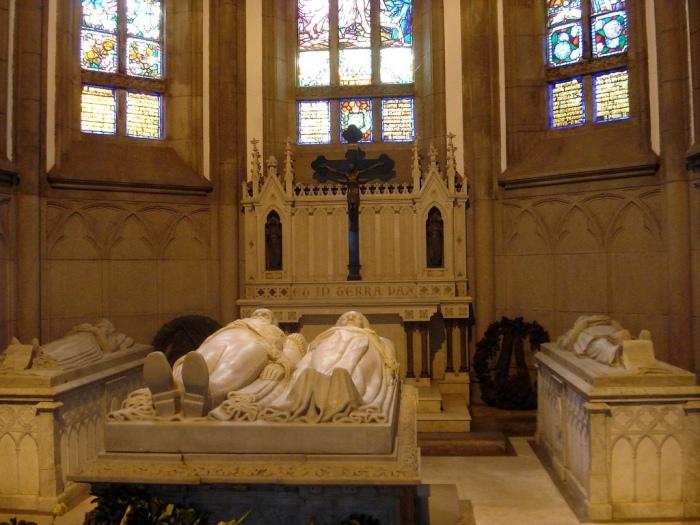 Túmulos de D. Pedro II e D. Teresa Cristina (ao centro), Princesa Isabel (esquerda) e do Conde d'Eu (direita), na Catedral São Pedro de Alcântara.