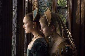 Natalie Portman, como Ana Bolena, e Scarlett Johansson como, Maria Bolena.