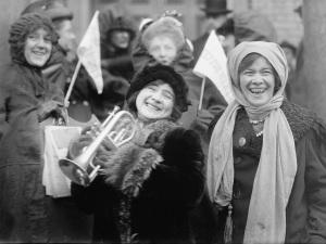 Grupo de militantes norte-americanas em movimento pelo voto feminino no ano de 1913.