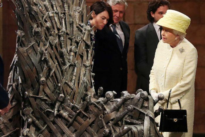 A rainha admirando o Trono de Ferro. Atrás dela, da esquerda pra direita, Lena Headey, Conleth Hill e Kit Harington.