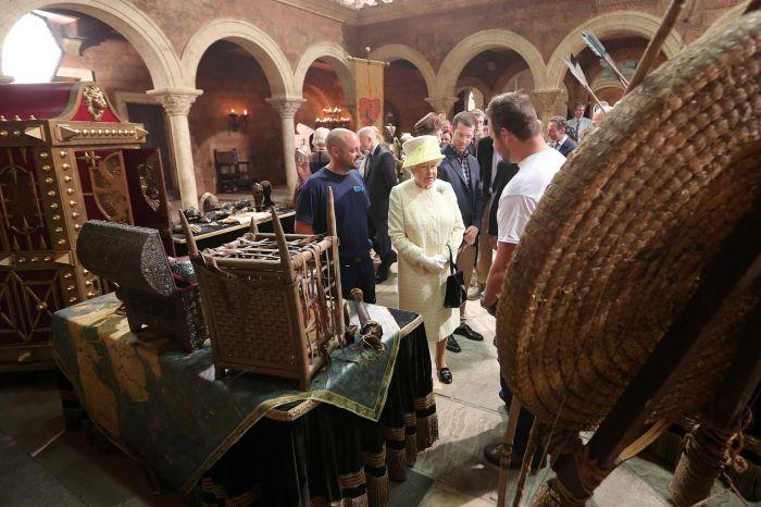 A Rainha ficou admirada com o trabalho de artesanato dos objetos que compõem o cenário da série.