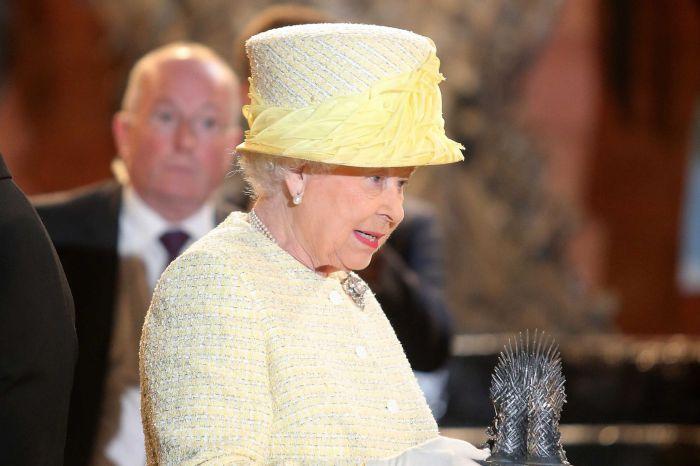 Elizabeth II ainda foi presenteada com uma miniatura do Trono de Ferro.