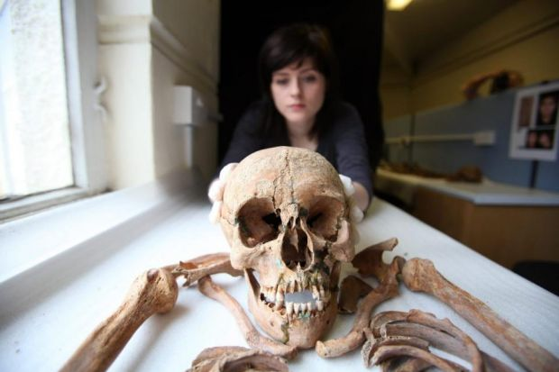 Detalhes do crânio de um dos corpos encontrados nas escavações.