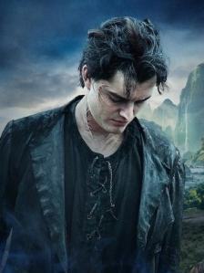 Sam Riley como o corvo Diaval, que além de companheiro, ajuda Malévola na busca pela redenção.