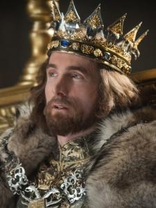 Sharlto Copley no papel do rei Stefan, um homem ambisioso que foi capaz de trair sua amiga para conquistar a coroa.
