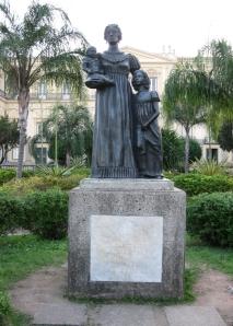 Estátua da Imperatriz D. Leopoldina, erguida em frente ao Palácio de São Cristóvão, por ocasião do bicentenário do nascimento da soberana, em 1997.