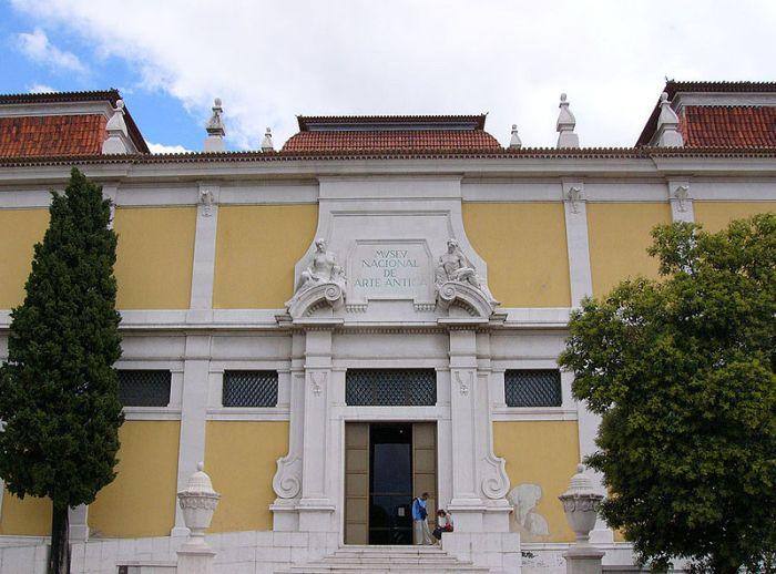 Entrada do Palácio das Janelas Verdes, atual Museu Nacional de Arte Antiga.