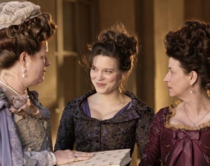 Da esquerda para a direita: Madame Bertin (Anne Benoît), Sidonie e Madame Campan (Noémie Lvovsky).