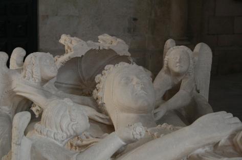 Detalhe da efígie de D. Inês de Castro esculpida em seu túmulo.