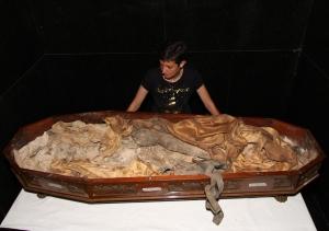 Valdirene do Carmo Ambiel a lado dos remanescentes humanos de D. Leopoldia (foto do Dr. Luiz Roberto Fontes).