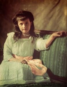 Foto colorida digitalmente de Anastásia em 1910 (créditos na imagem).